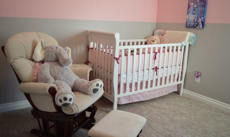 una habitación de bebe